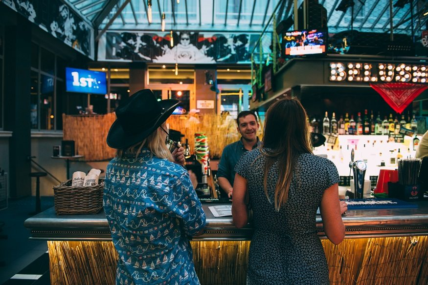 how to meet people while travelling / lola photography