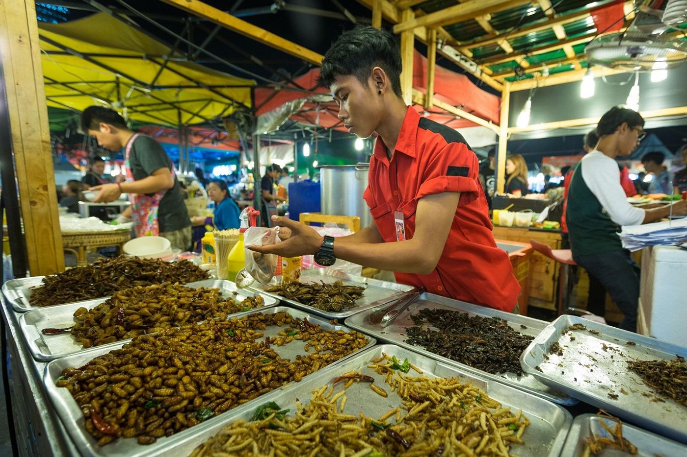bangkok markets ratchada train night market rot faiDeep fried insects