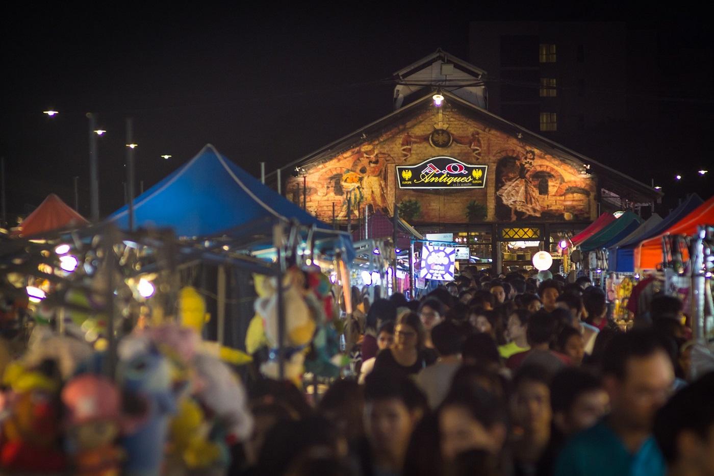 bangkok markets rot fai train market srinakarin night market