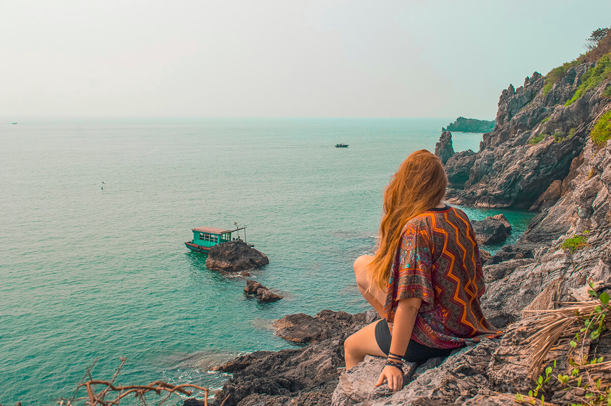 backpacking southeast asia - rocks and boat