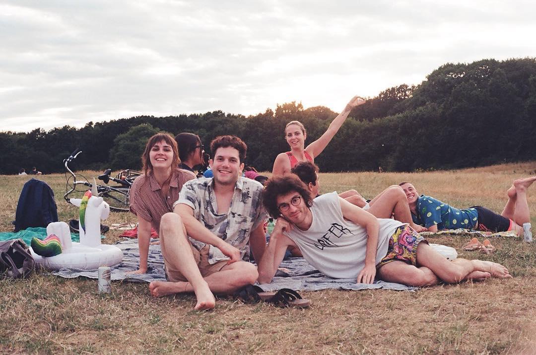 ou dormir a londres - groupe d'amis dans un parc de Londres