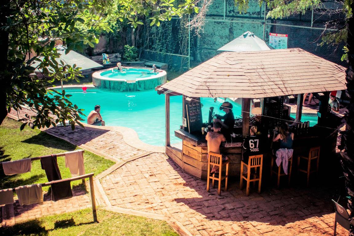 Swimming pool and pool bar in La Casa Roja - Best hostels in Santiago