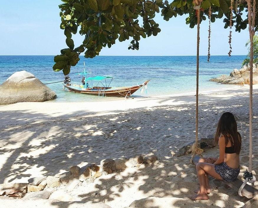 Tauchen Thailand - Frau auf Schaukel am Strand