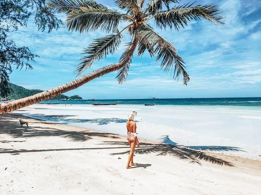 Tauchen Thailand - Frau am Strand neben Palme