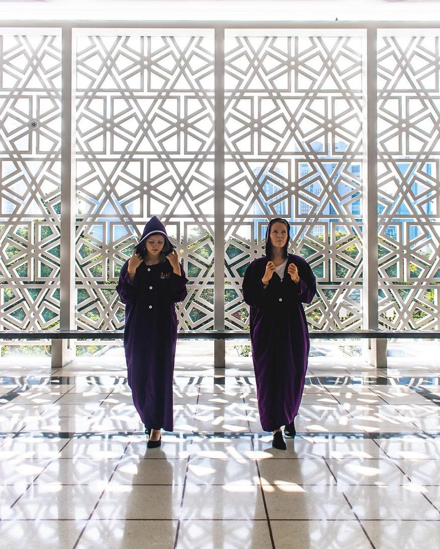 backpacking Malaysia - Malaysia itinerary - temple - two girls