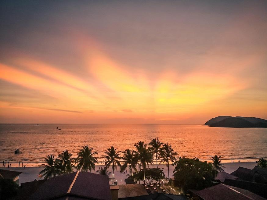 backpacking Malaysia - Malaysia Itinerary - sunset over beach