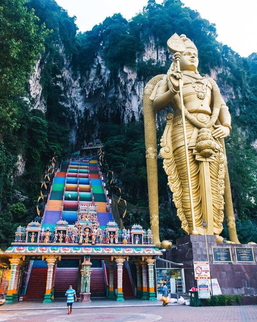 backpacking Malaysia - things to do Kuala Lumpur - Golden statue