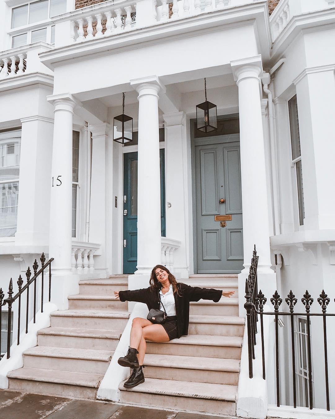 où dormir a londres - femme qui pose sur les escaliers d'une maison blanche