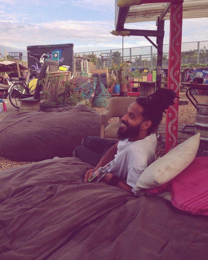 où dormir a londres - homme qui sourit au Nomadic Community Garden