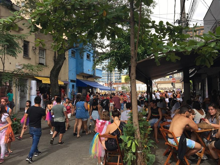 things to do in são paulo - pinheiros neighbourhood - people walking in street and sitting outside restaurant