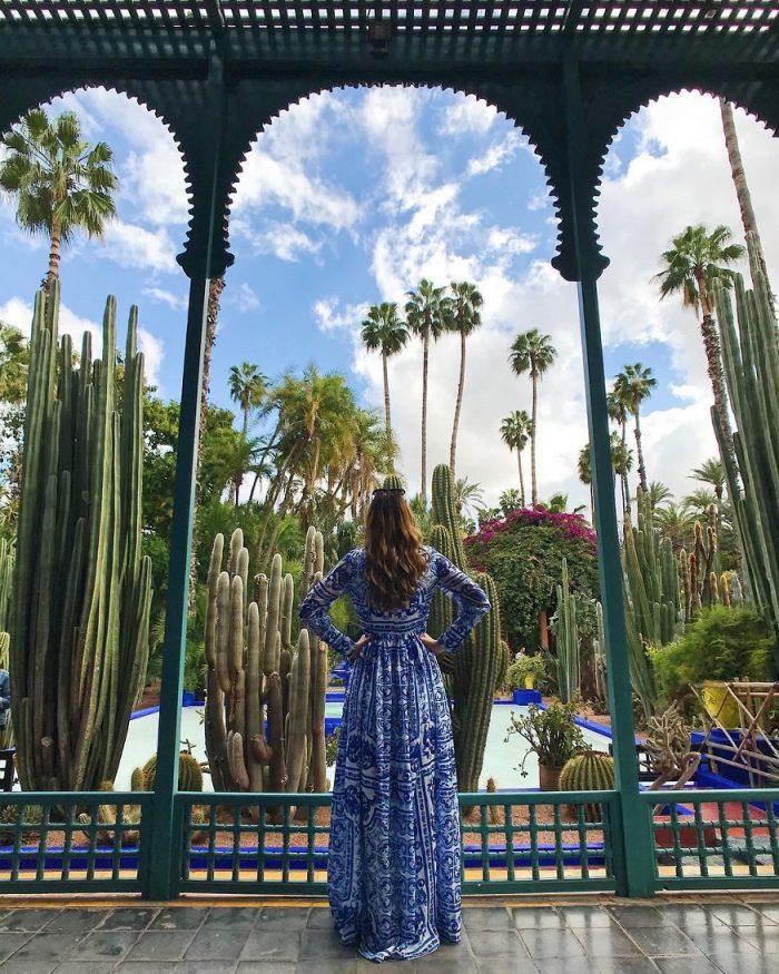 cosa fare a marrakech - donna in un riad