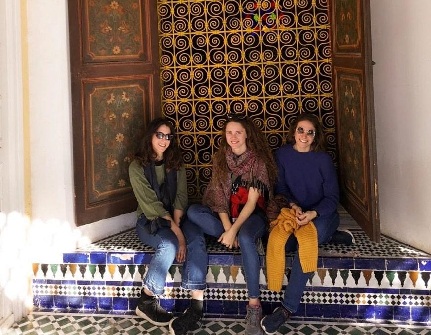 Marrakech cosa vedere - amiche sulle scale d'un edificio marocchino