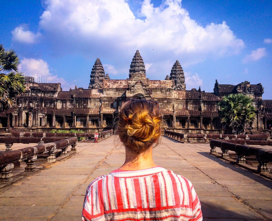 Siem Reap Sehenswürdigkeiten- Mädchen bei den angkor wat tempeln