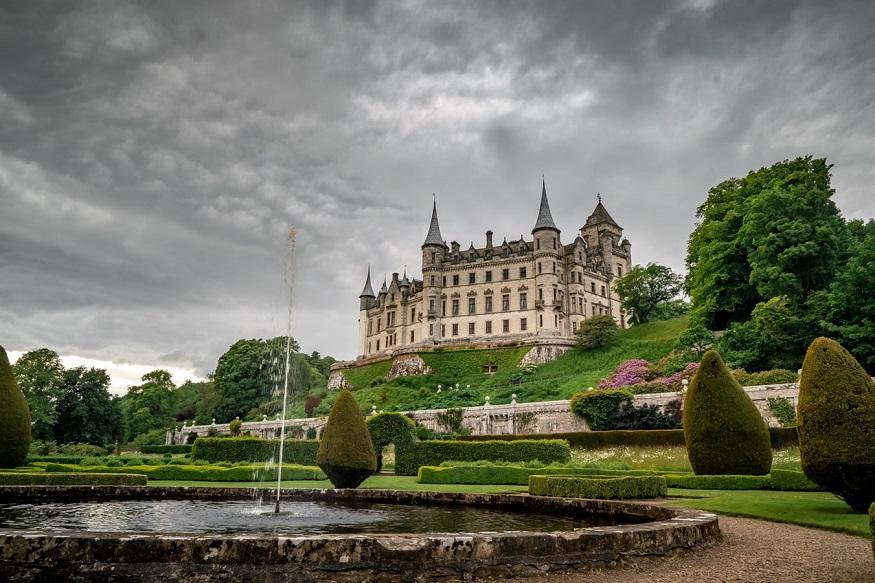 scotland road trip, dunrobin castle with a grey sky
