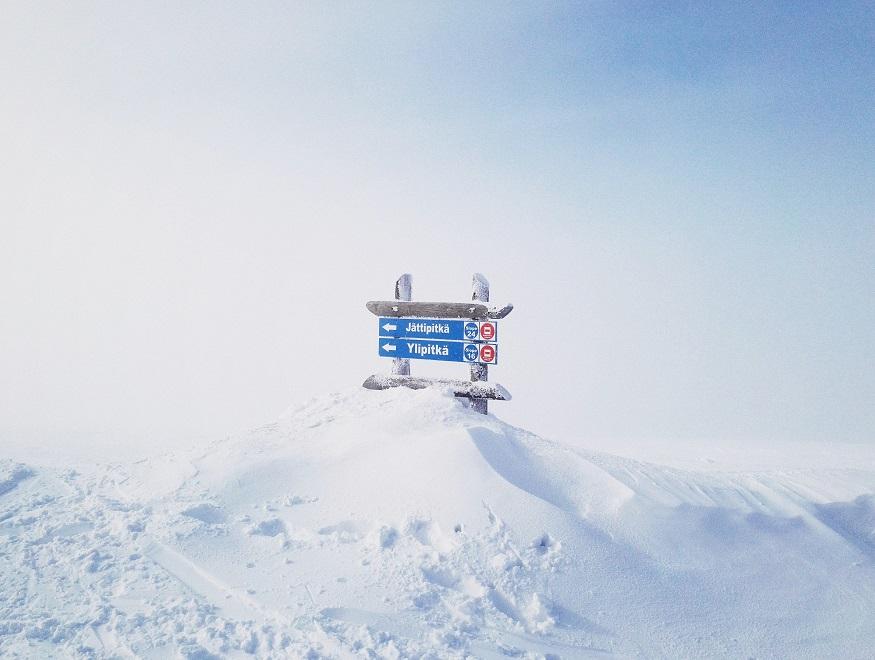 que faire en laponie - panneau dans la neige
