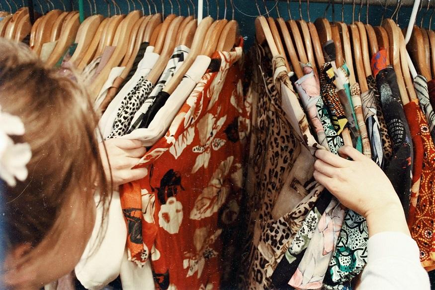 oxford cosa vedere - donna guardando vestiti
