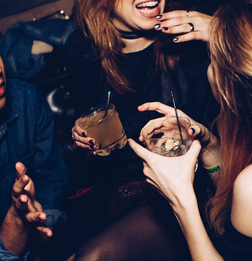 Berlin LGBT nightlife - two girls drinking cocktails